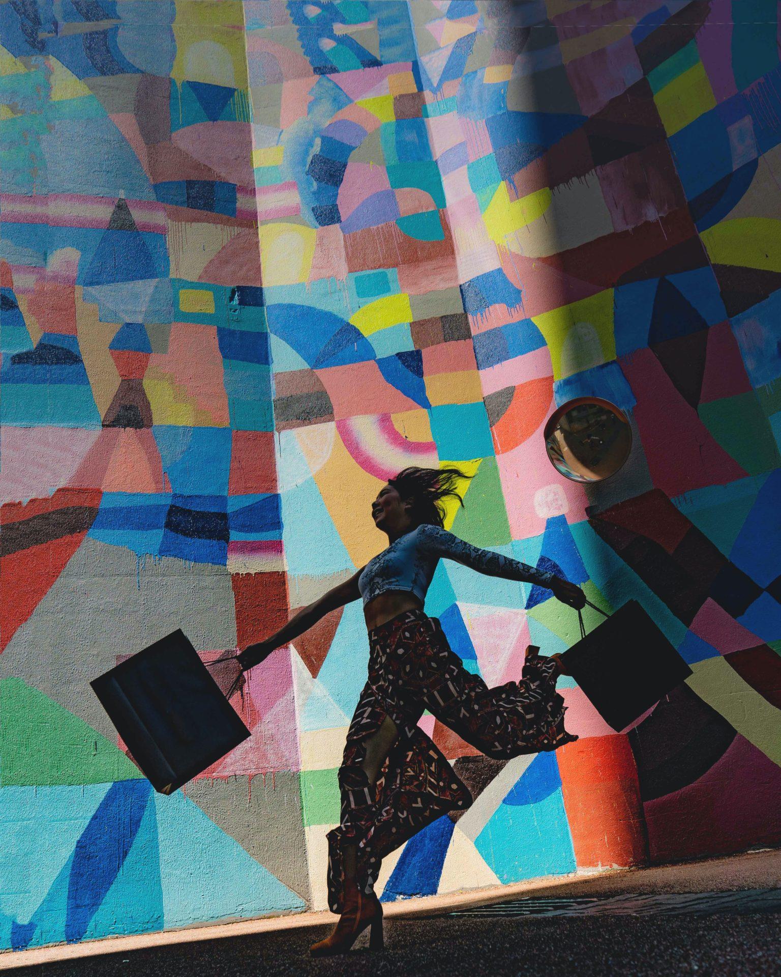 donna con borsa su sfondo colorato